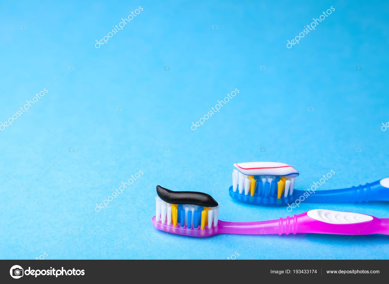 Clareamento De Dentes E Usual Colorida E Preto De Carvao Na Escova