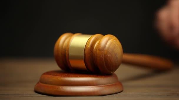 schlägt der Richter den Hammer auf den Tisch. das Urteil. zur Versteigerung.