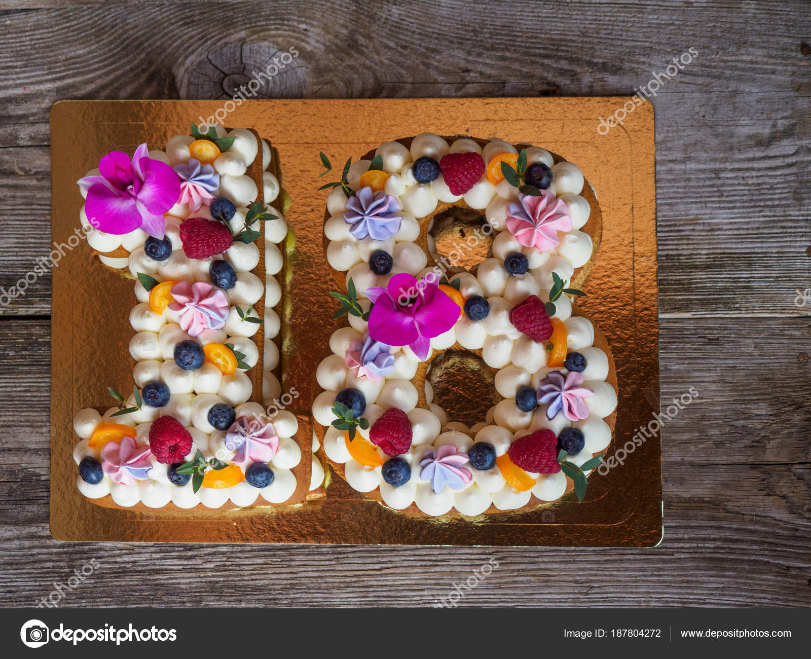 Torte fatte in casa a forma di numero diciotto foto for Piani quadrati a forma di casa