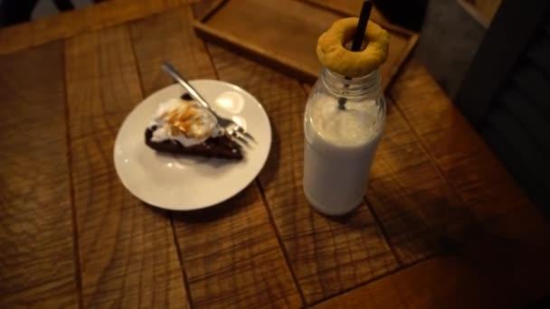Fruchtdessert im Cafe auf Teller und Milch
