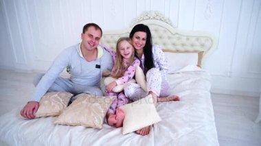 Ролик мама папа и дочь