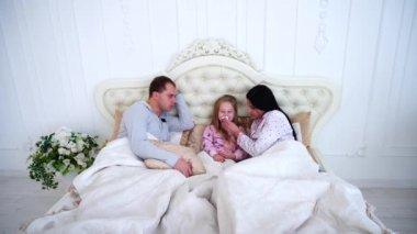 petite fille r veille parents au lit t t le matin vid o sisterspro 133774562. Black Bedroom Furniture Sets. Home Design Ideas