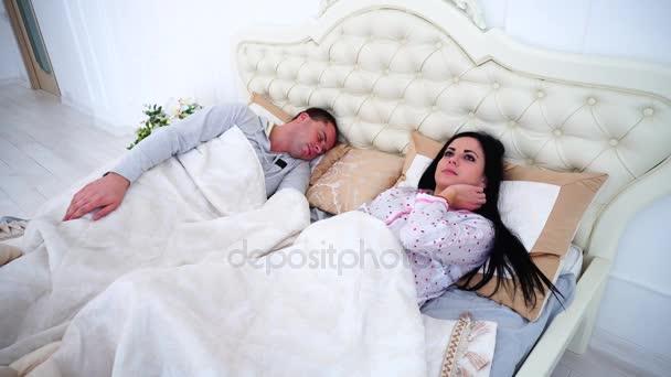 Девушка спит в постели видео фото 532-815