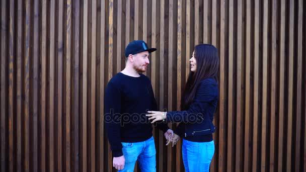 Pro novomanžele Billa a Coo, líbání a objímání, šeptání a stát blízko zdi restaurace venku