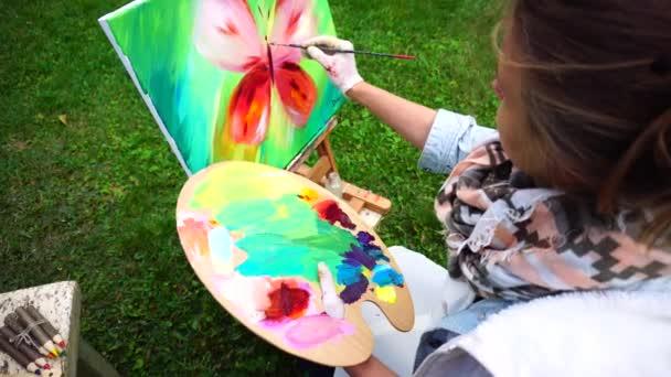 Női előadó Tanuld meg a Draw és üzembe utolsó simításokat festés pillangó Park nappali