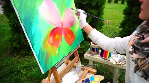 Élénk tarka olajfestmény rajzolta művész lány a szabadban Park pillangó
