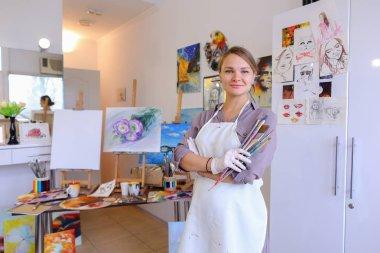 """Картина, постер, плакат, фотообои """"женщины красивые художницы позируют и улыбаются, смеются в камеру пейзаж цветы все зимний москва"""", артикул 141684150"""