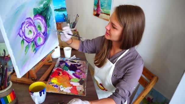 Nejlepší zpěvačkou portréty. Maluje v olejích květiny a sedí u stolu a stojan v lehké Art Studio