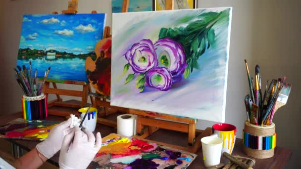 Felvétel művész lány mögött. Nők felhívni kefével, vászon és a virágokat ül asztal, amelyen művészeti kellékek-stúdió