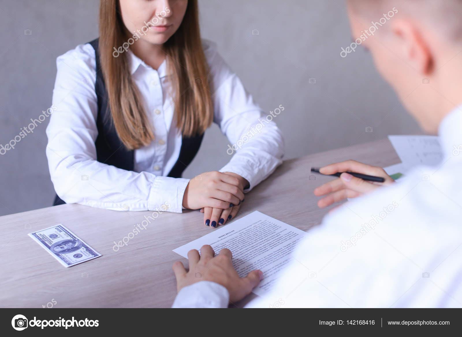 Hombre y mujer en la oficina y hablar de negocios. Si de niña ...