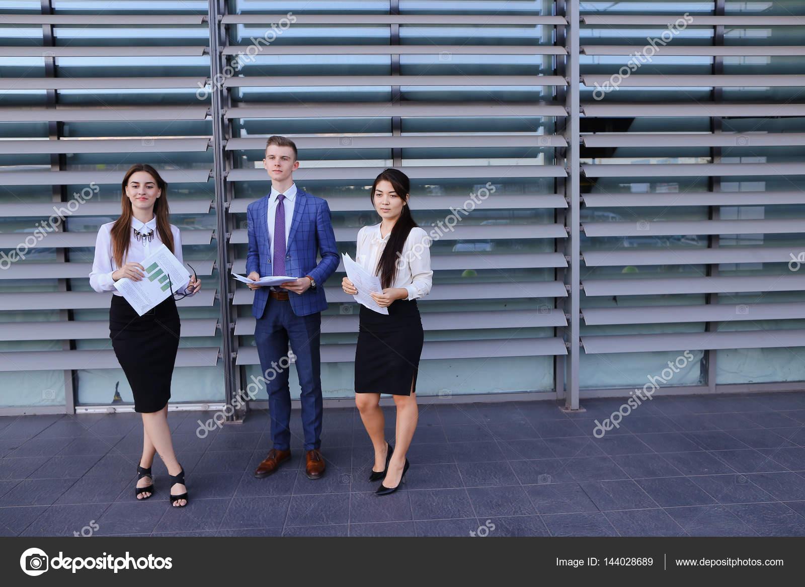 a9add27b11ff Τρεις ενεργητικός νεαρή όμορφη αρχάριο επιχειρηματία