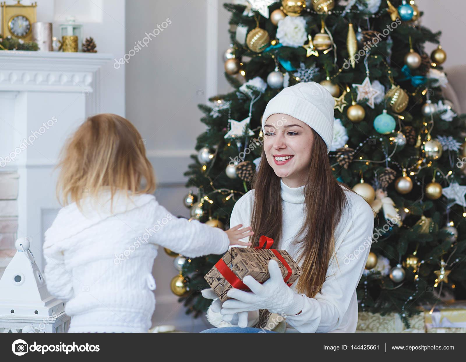 Bambino Da A Mamma Un Regalo Per Natale O Capodanno Su Una Priorita