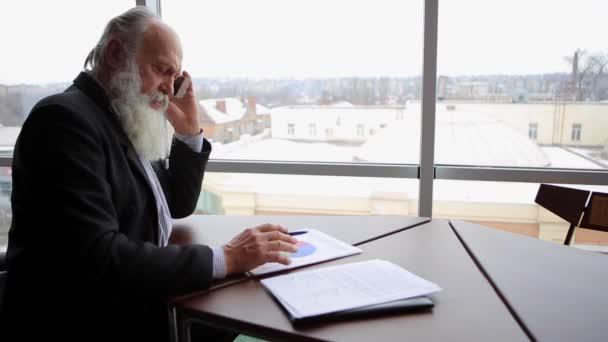 Ehemaliger Alter Mann macht Anruf mit neuen Technologie Umgang mit finanziellen Angelegenheiten