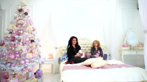 Lustige Mädchen Kommen Aus Zu Vollen Zügen Auf Bett Für Coole Musik Auf  Smartphone über Kopfhörer