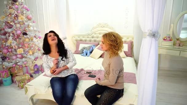 Divertimento e battute di due amiche meravigliose che si siedono