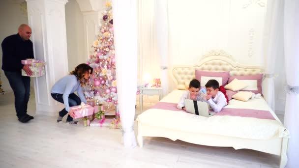 Mooie Slaapkamer Voor Kinderen.Ouders Maken Onverwachte Verrassing Voor Kinderen En Tijd Samen Met