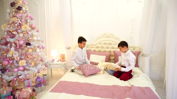 Twee kinderen van homo kind van tweelingbroer zijn plezier en