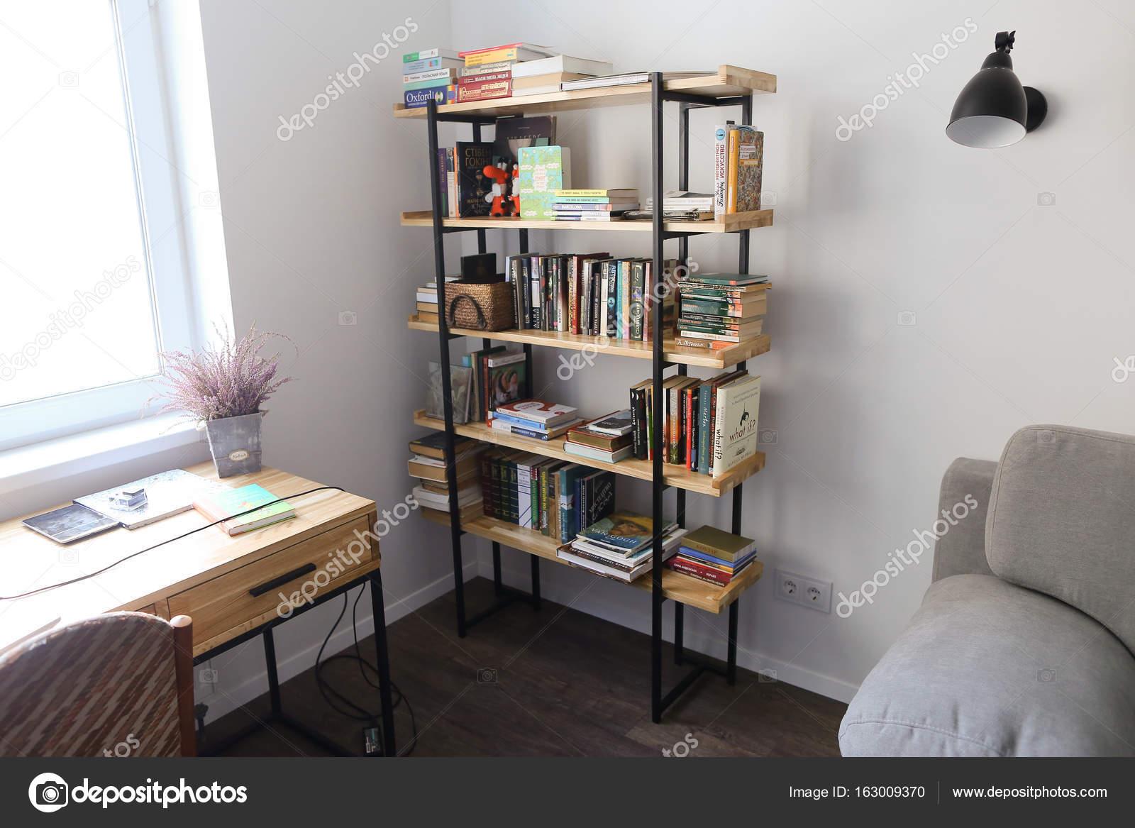 Bibliothèque en bureau meublé pour le travail ou les loisirs en roo