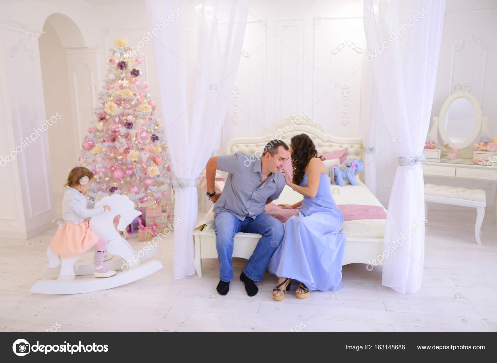 Fröhliche Familie versammelt, um Weihnachtsgeschenke in hellen s ...