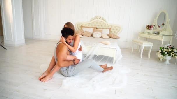 Женщина спит с мужчиной видео, фото эротика модель фильм кино