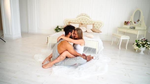 Девушка целует девушку утром в постели видео — photo 1