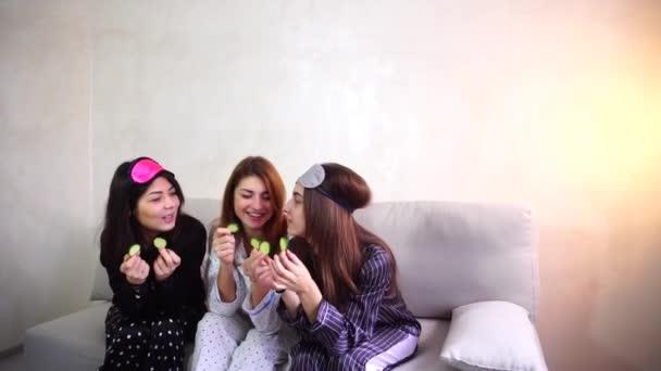 Tři okouzlující kamarádky relaxovat a kosmetické ošetření obličeje v ložnici večer