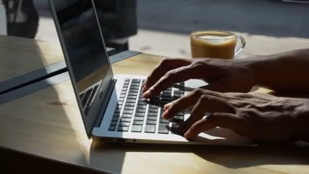 Kritikus használ laptop részére dolgozik.
