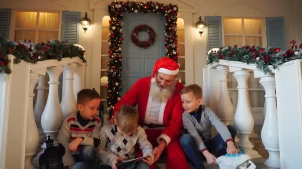 Spokojený veselé děti obdrží dárky od Santa Claus
