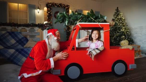 Seligen Vater Fragen Weihnachtsmädchen per Telefon sprechen