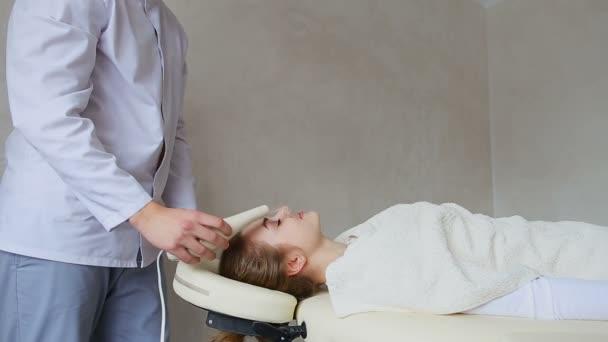 Массаж парень девушка эротический массаж для женщин торрент