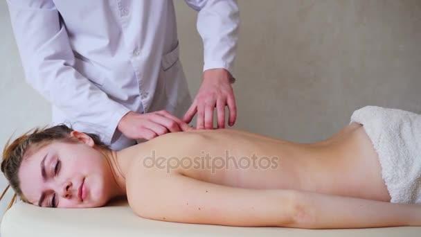 Парень девушку на животе лежа фото