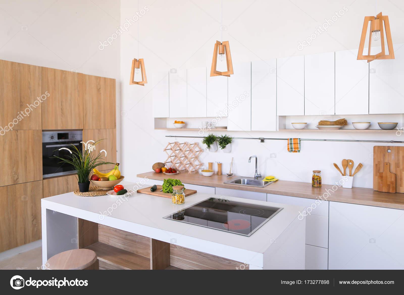 Interior Da Moderna Cozinha Luz Com Variedade De Aparelhos E Stock