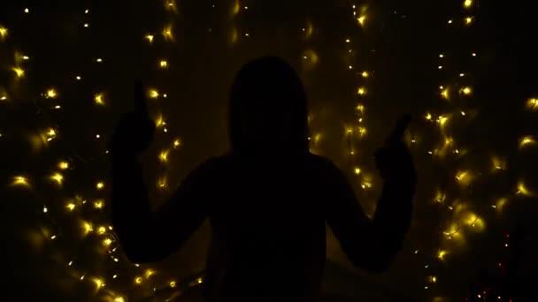 Euforica ragazza ballando al buio