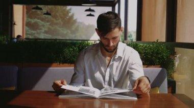 Umělecký ředitel a designer sledování nový časopis stolu café