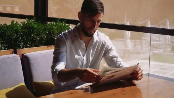 Úspěšný muž klidovou číst novinové články a