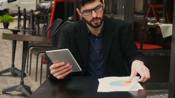 Čerstvé účet správce, práci s dokumenty a tablet u stolu café