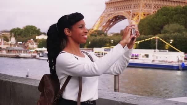 Blogger, cestování, krásná žena, natáčení videa pomocí smartphonu