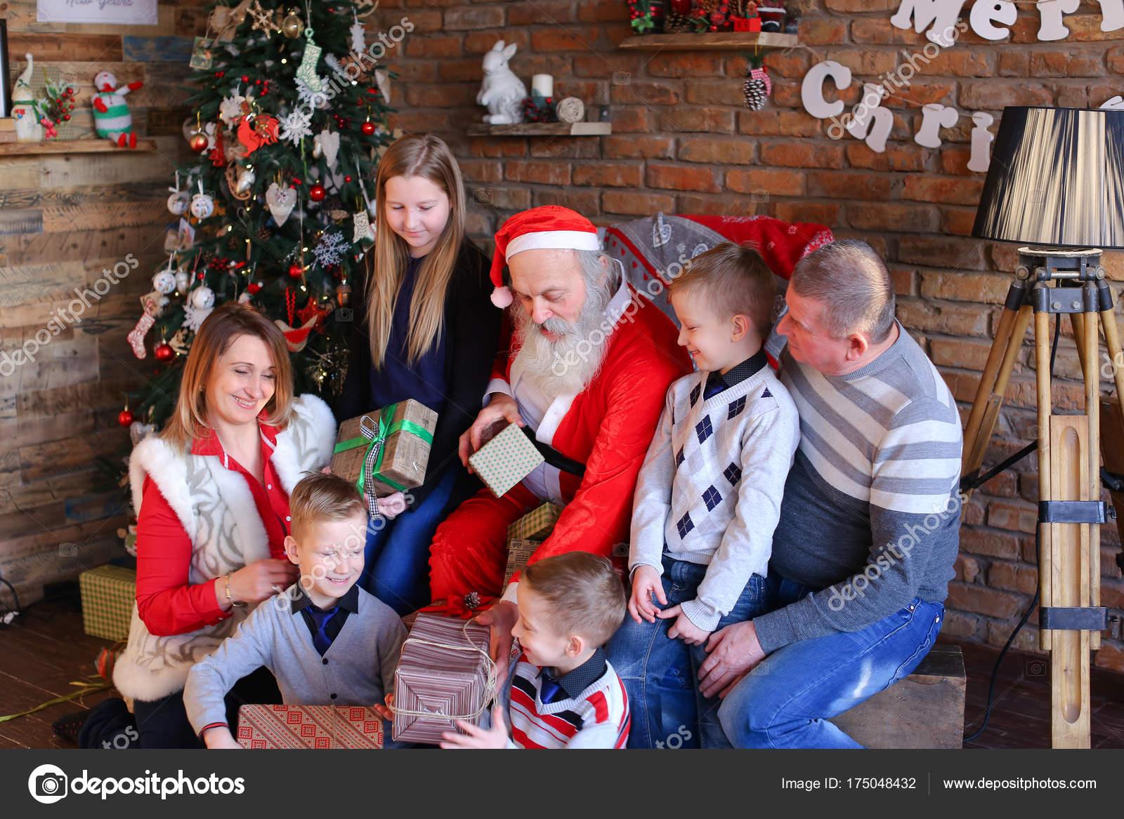 Glückliche Familie versammelt zu Neujahr Geschenke auszutauschen und ...