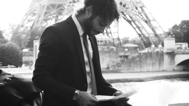 Mulat člověk pracuje poblíž řeky s notebookem zpomaleně a černobílé fotografování