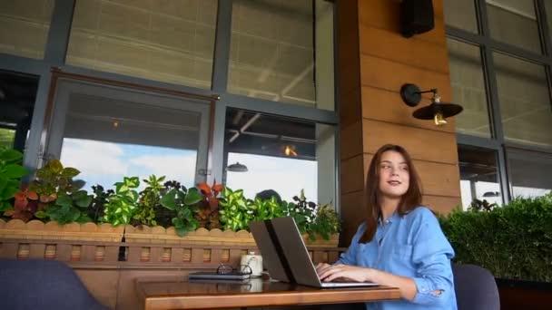 Student, chatování s přáteli v kavárně v notebooku