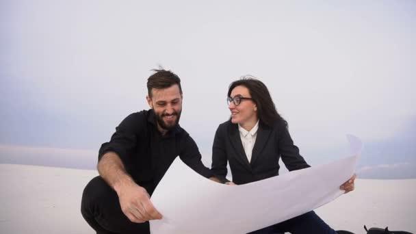 Ekonomové bratr a sestra plánování obchodní centrum v opuštěné místo