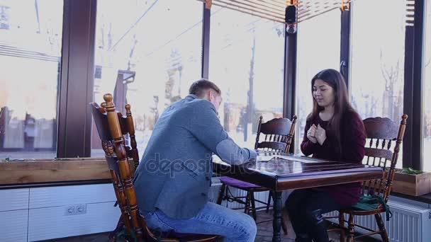 Mladá dívka mluví o dědičnosti v kavárně u notáře