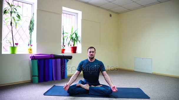 Fußboden Schlafzimmer Yoga ~ Gut aussehender mann am boden auf teppich für yoga im lotussitz
