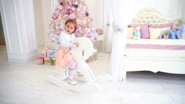 Schommel In Kinderkamer : Lief meisje swingen op een roze schommel u stockvideo