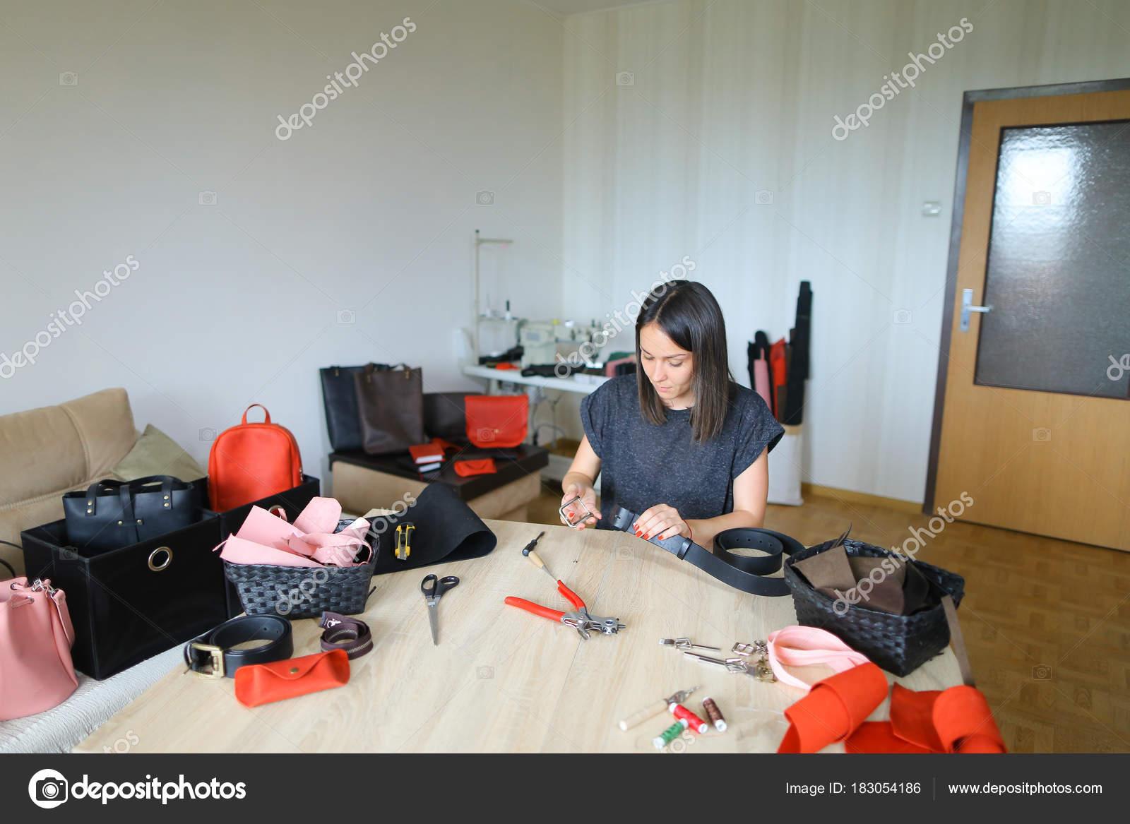 靴を作るための革をスライス マスター. \u2014 ストック写真