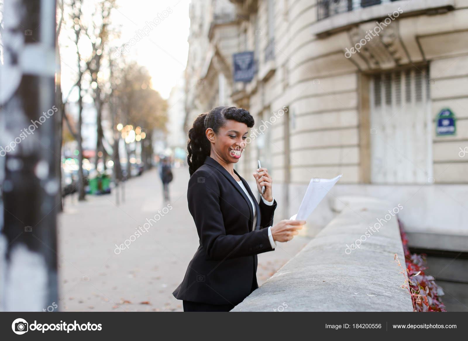 Junge trading Agent telefonieren mit Kunden, Mädchen, die Freude ...