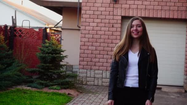 Krásná dívka kolem garáže ve zpomaleném záběru a užívat jarní sezóny