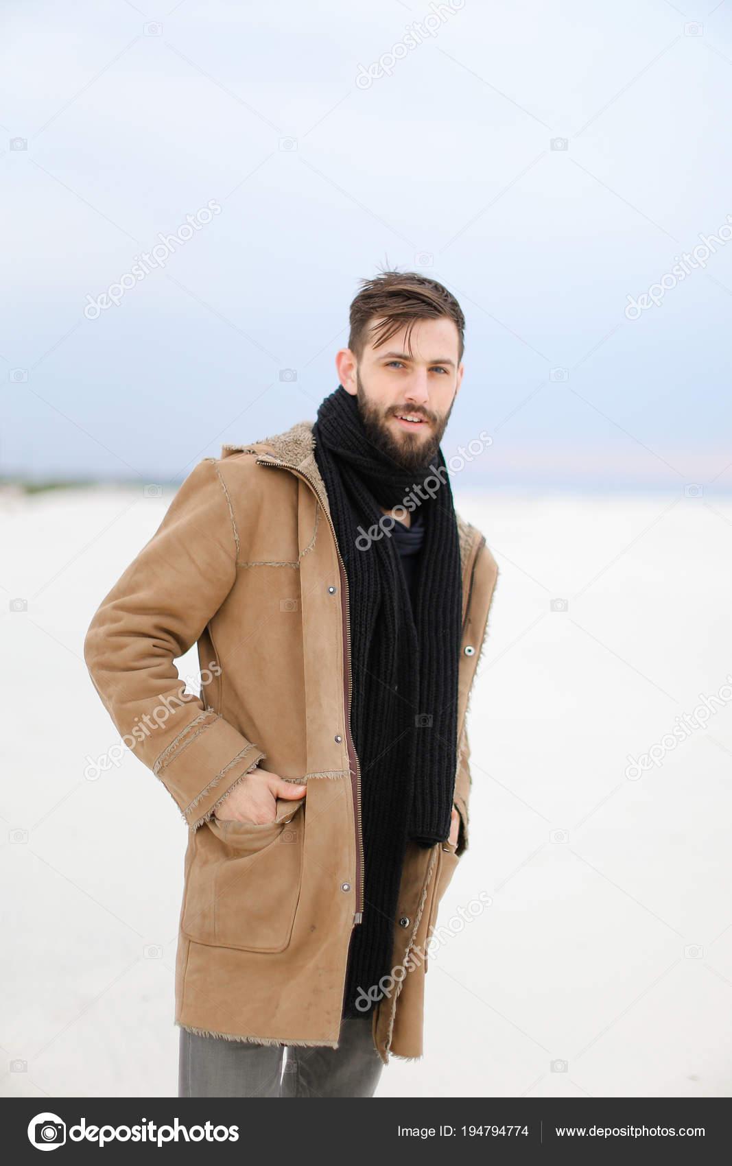 vasta selezione di b98f6 1e086 Uomo europeo bello con la barba che indossa cappotto e ...