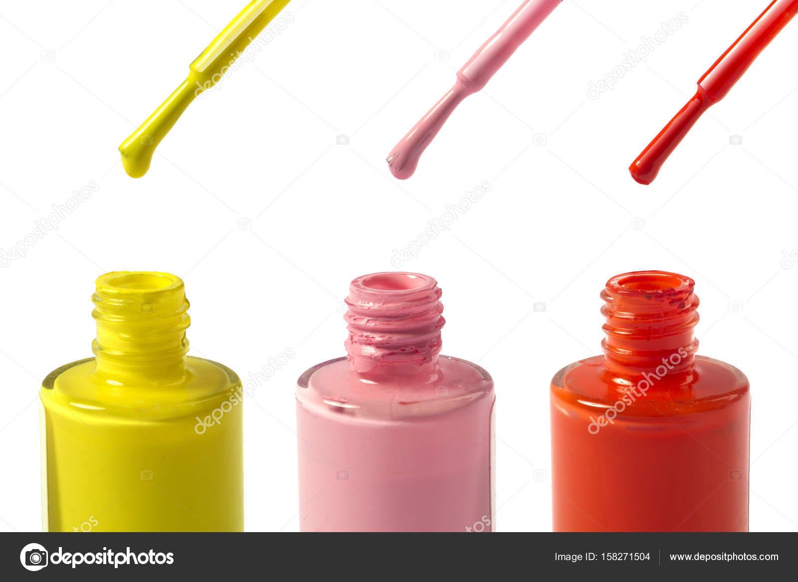 Bouteilles de vernis à ongles jaune, rose et rouge isolés sur fond blanc \u2014  Photo