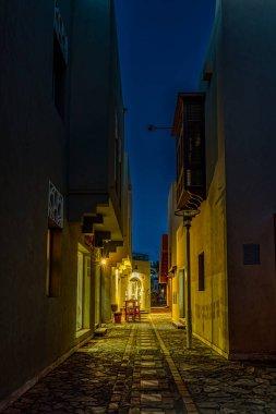 """Картина, постер, плакат, фотообои """"узкая улица ночью с освещенными магазинами и темным пространством для копирования, эль-гуна, египет, 17 января 2020 года картины париж"""", артикул 347871648"""
